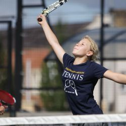 Oxford Tennis Camp - giocatrice s'estende per lo smash